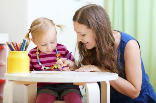 Suivez la formation assistante maternelle à distance d'Espace Concours.