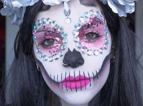 Le skeleton mania est une des tendances pour le maquillage d'halloween. Le maquillage est une de vos passions, pourquoi ne pas vous lancer dans la préparation du CAP Esthétique, cosmétique, parfumerie.