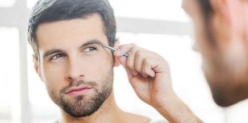 Les hommes sont de plus en plus demandeurs de sourcils nickels, pas d'inquiétude, vous maîtriserez la technique en suivant attentivement les cours du CAP Esthétique, cosmétique, parfumerie.