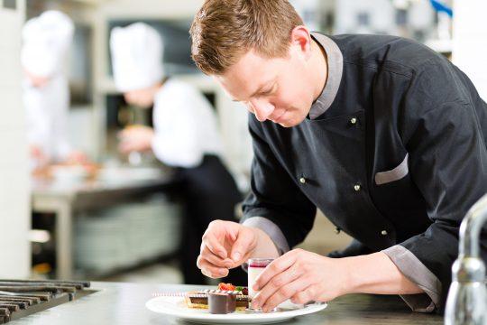Il est recommandé d'obtenir le CAP Pâtissier afin d'évoluer dans le domaine de la pâtisserie plus facilement.