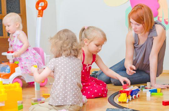 l'auxiliaire de puériculture accompagne les nouveau-nés et les enfants en bas âge dans leur apprentissage, tout en leur apportant soins et confort.