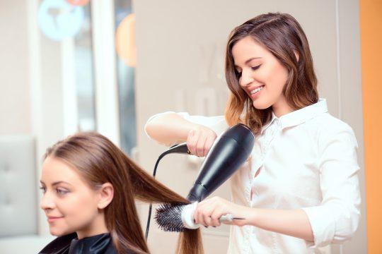 Les stages en milieu professionnel permettent de se forger une expérience dans la coiffure.