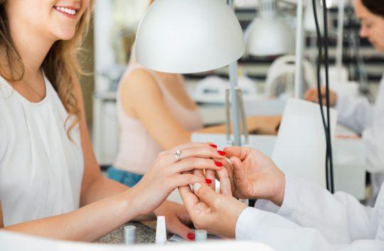 Le métier de styliste ongulaire peut s'exercer en institut de beauté ou à domicile.