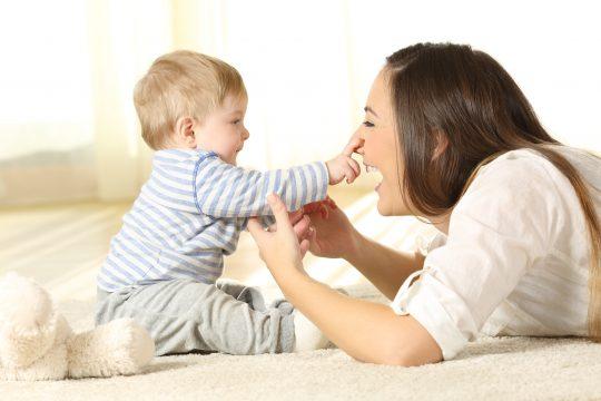Une assistante maternelle avec un enfant en bas âge.