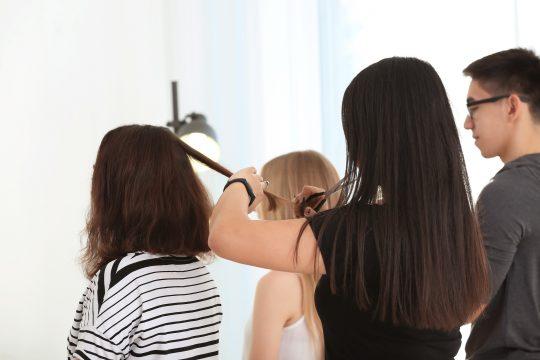 une apprentie coiffeuse dans un salon