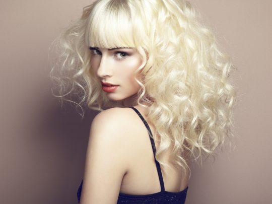 Portrait d'une belle jeune fille blonde. Fashion Photo