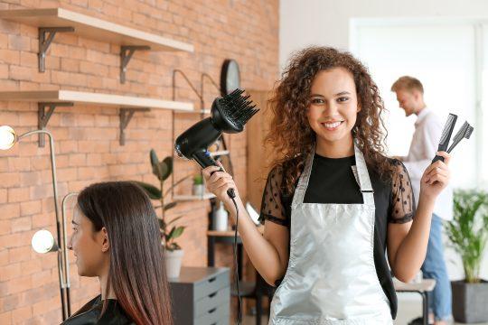 Jeune coiffeur afro-américain d'un salon de beauté