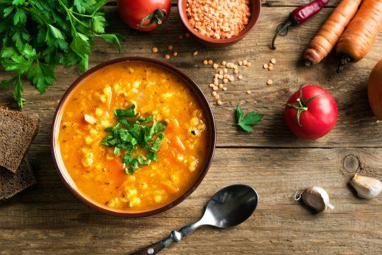 La soupe de lentilles et aux carottes vous réchauffera les soirs d'automne.