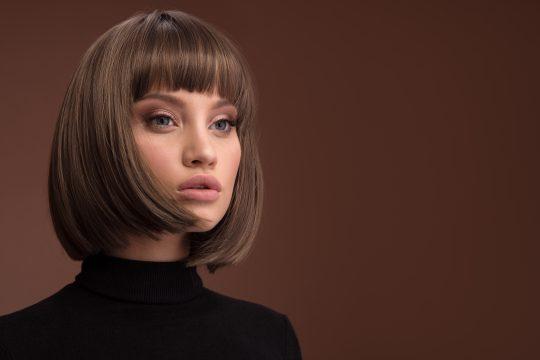 Le carré court reste une valeur sûre parmi les tendances coiffure pour elle en cette sainson automne hiver 2022.