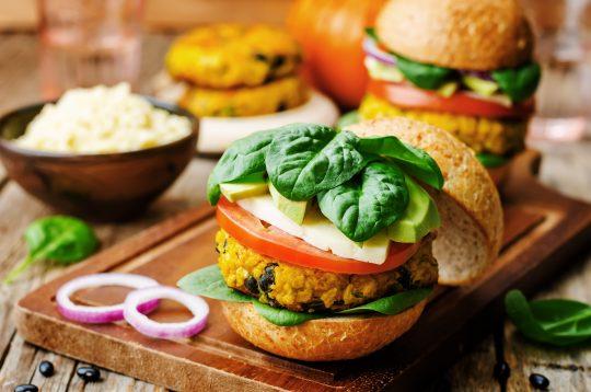 Faites vous plaisir sans trop culpabiliser avec ce burger vegan au potimarron.