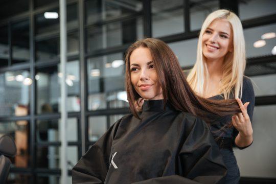 Photo d'une coiffeuse et de sa cliente