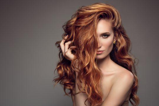 Les cheveux wavy demeurent toujours tendance en cet automne hiver 2022.