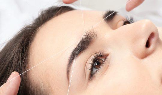 L'épilation au fil est utilisée pour de nombreuses zones du visage.