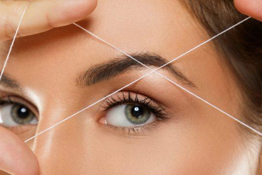 L'épilation au fil est parfaite pour dessiner la ligne d'un sourcil.